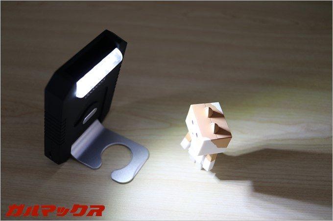 スタンドを利用する事で、任意の場所に明かりを固定することも可能です