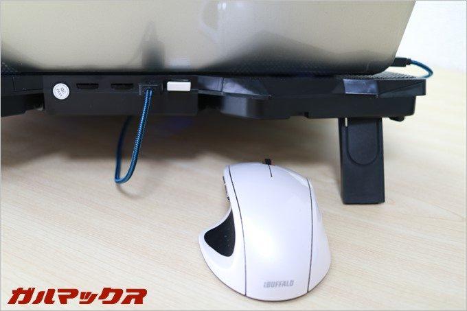 冷却台の裏に搭載されているUSBポートの1つはハブとして利用できます