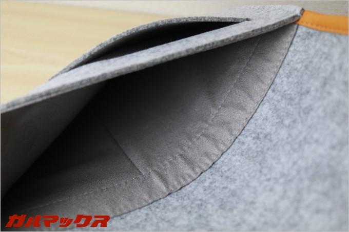 タブレットを入れるポケットはとても柔らかい布の内張りです