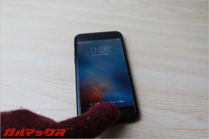 タッチパネル対応の手袋はiPhone7のホームボタンを押せます