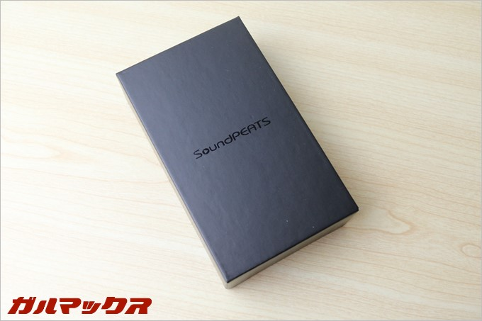 SoundPEATSのD2の外箱は高級感の高いブラックパッケージです。