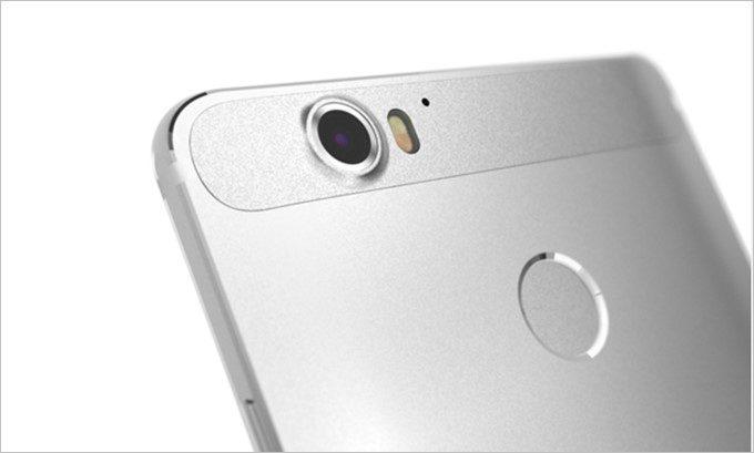 「g07」はメインカメラに1,300万画素、インカメラに800万画素を備える。