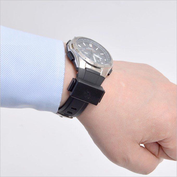 腕時計にバンドで固定するだけ!