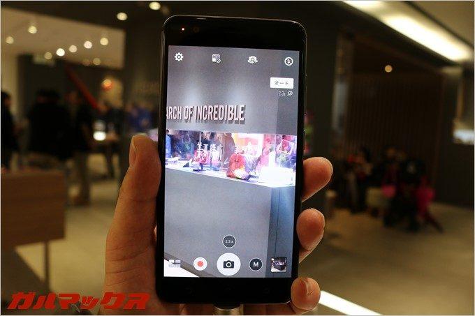 Zenfone3 zoomはワンタップで2.3倍率に変更可能です。