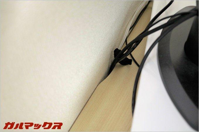 ケーブルが天板と壁に挟み込まない様にケーブル用の凹みが付いてます。