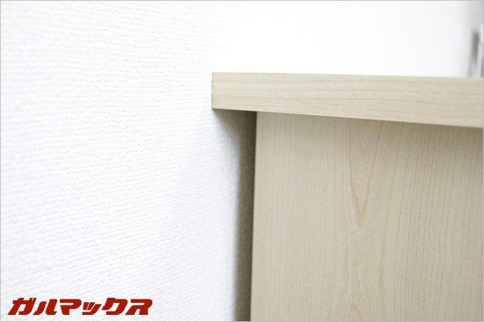 ケーブルと天板が挟み込まれないので壁にデスクをピッタリくっつけることが可能。物が隙間から落ちないのでGood!