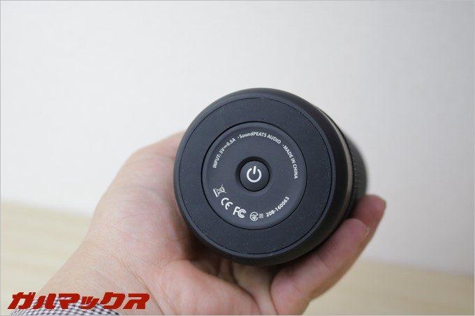 本体の電源ボタンは底面に備わっており、ペアリングモードなどの操作にも利用します。