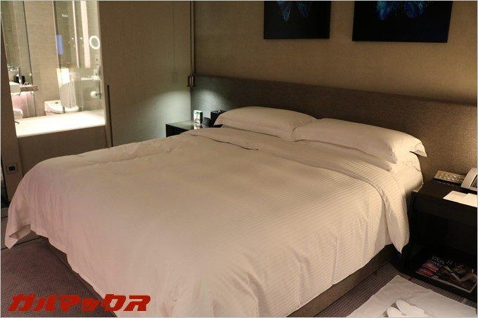 ハンブルハウス台北のベッドはシングル×2~となっており、僕はキングサイズのベッドが設置されている部屋でした。