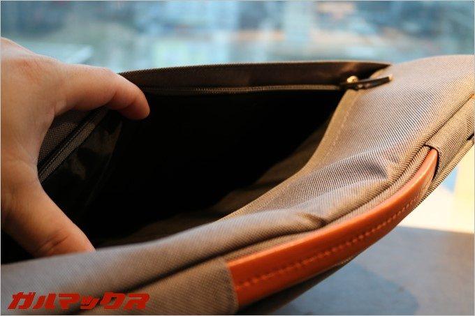 ケース幅いっぱいのポケットは収納力がそれなりにあります。