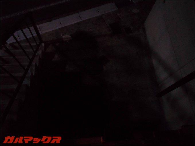 夜は真っ暗な家の駐車場