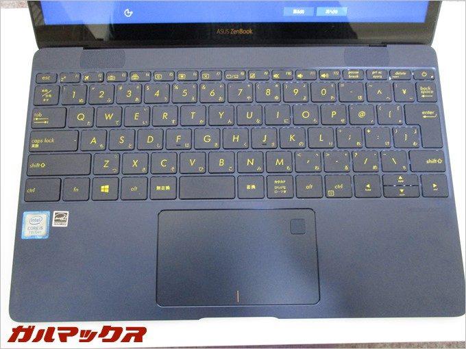 ZenBook 3は指紋認証ユニットがマウスパッドに埋め込まれている。