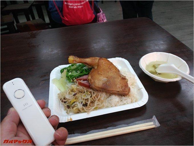 鶏もも肉がドドーンと乗ったローカルワンプレート飯はボリュームたっぷりで250円以下。