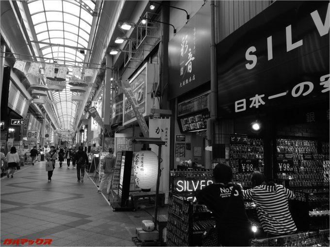 商店街をモノクロで撮影