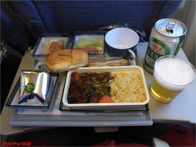 飛行機の機内食を撮影