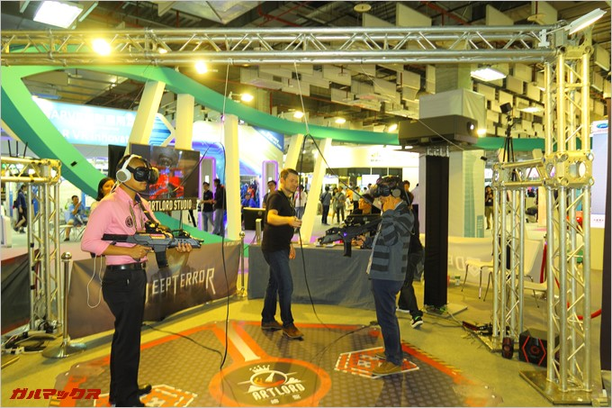 台北貿易センター展示ホール3ではVRシューティングゲームが楽しめる。