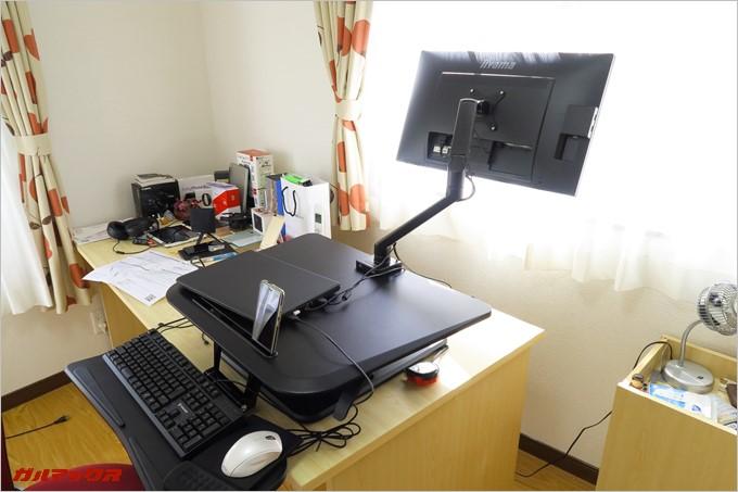 デスクの裏側にもモニターを向けることが可能