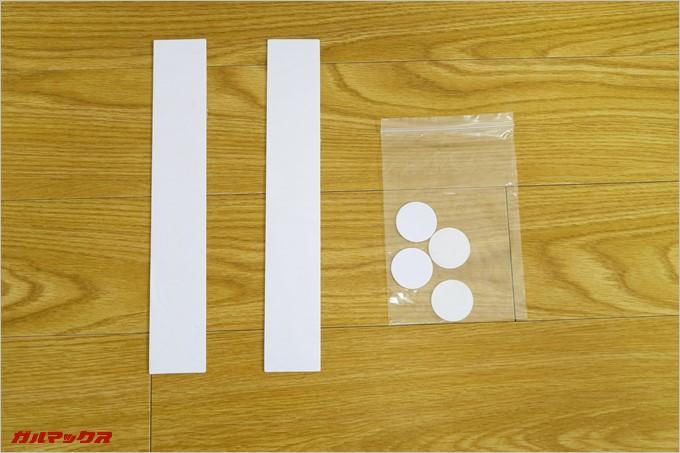 ディスプレイ固定用の粘着テープも付属している