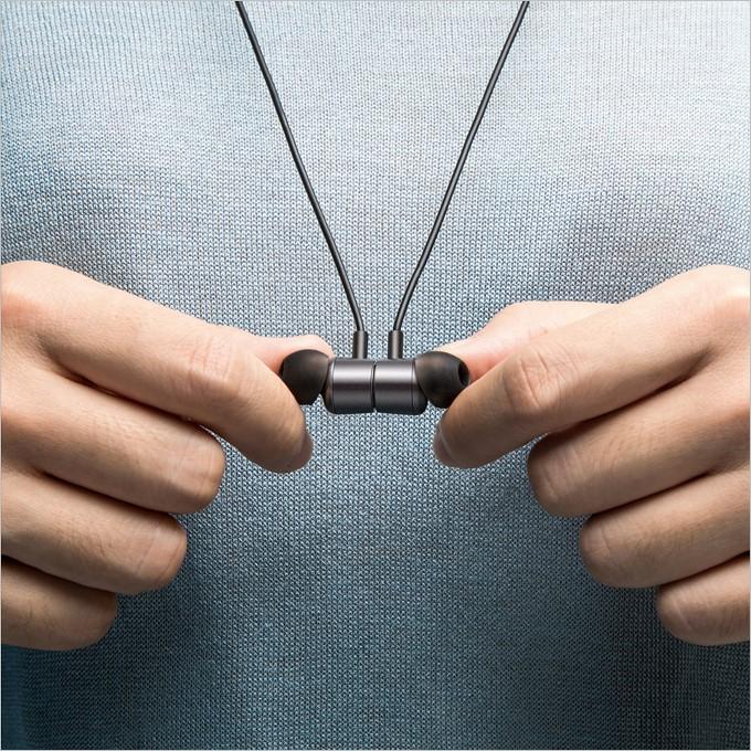 胸元でパチリとくっつくイヤホンを採用したAnker SoundBuds Life