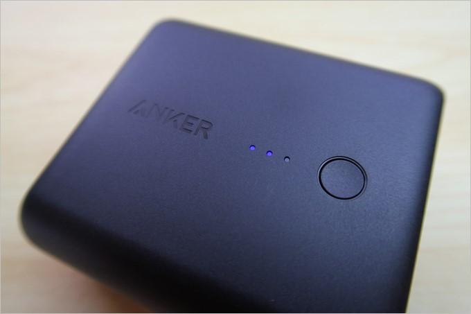 本体には3つのLEDでバッテリー残量がチェック出来るインジケータが搭載されている