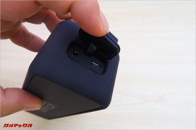 キャップを開くとMicroUSB端子と有線接続端子
