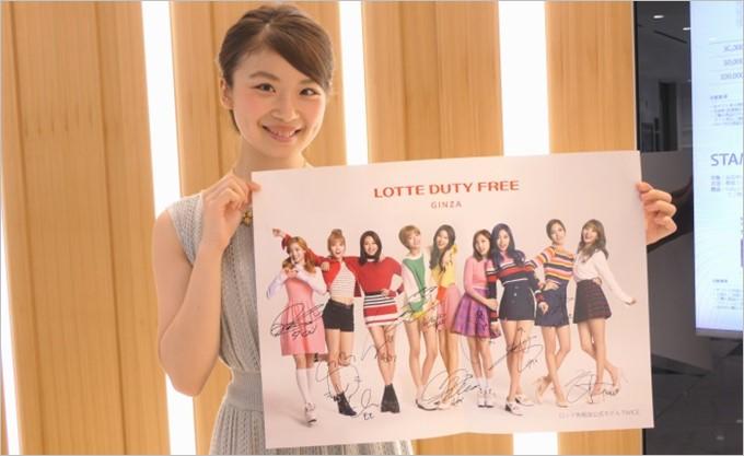 お買い物するとポスターが貰える!3万円以上の購入でTWICEメンバー全員の直筆サイン入りポスターが貰える!