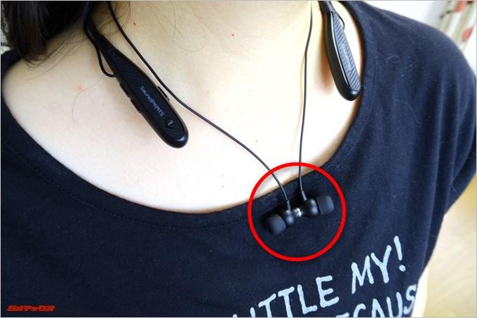 イヤホンに磁石が備わっているので胸元でパチリと止めることが可能です。