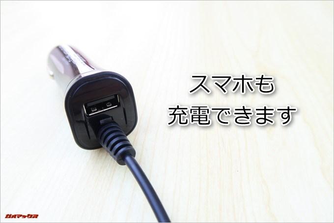 AUTO-VOX D1に付属のシガー電源ケーブルはスマホも充電できるUSBポートが備わっています。