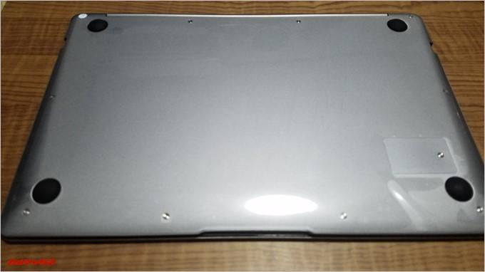 T-Bao Tbook4 14.1の背面はゴム足がついているシンプルな構成でバッテリーは取り外し出来ません