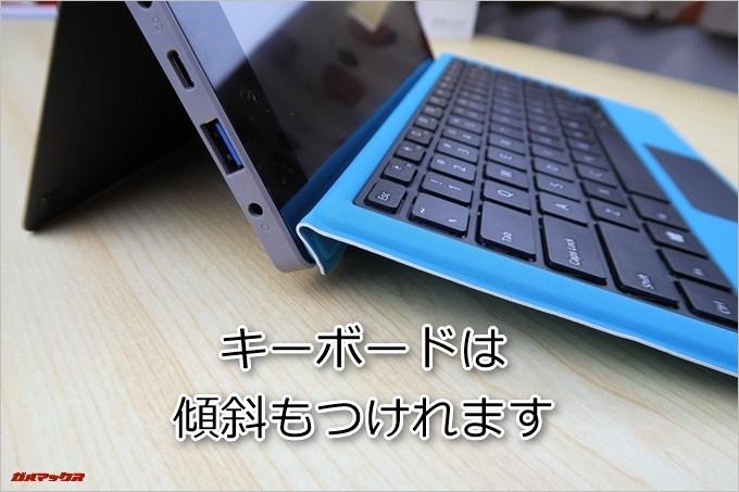 Teclast Tbook 16 Powerと専用キーボードの接続部を折り曲げる事でキーボードに傾斜を付けて利用できます