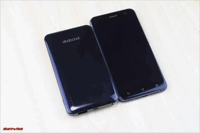 dodocool「DP10」は5.2型のスマートフォンよりも小さいので嵩張りません