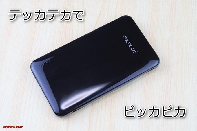 dodocool「DP10」の外装はプラスティック製で光沢のあるタイプです。