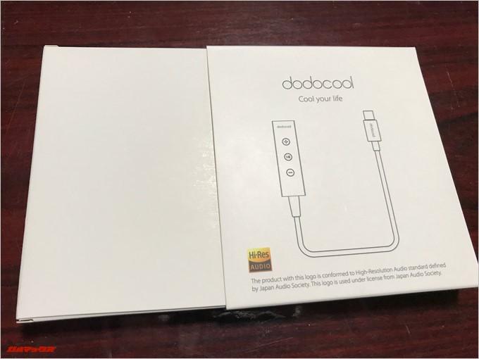 USB-Cオーディオ変換アダプター「DA134」の箱は横にスライドすると開く事が出来ます