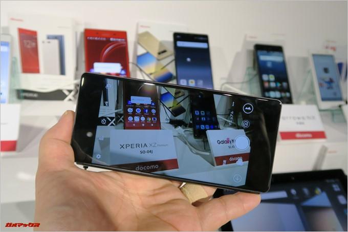 「M Z-01K」はアウトカメラモードに切り替えるとサブディスプレイに映像が写り、通常のスマートフォンカメラと同じ使い方で撮影が可能です