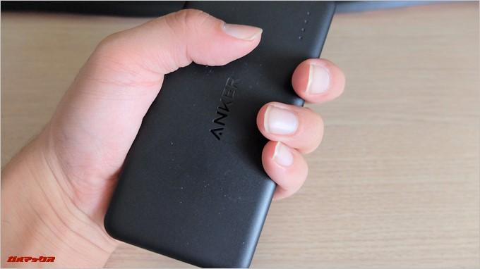 Anker PowerCore2 Slim 10000は手に収まりやすいサイズなので持ちやすいです。