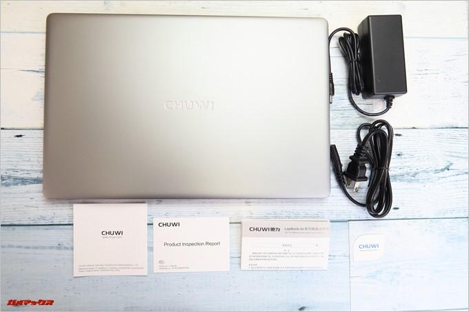Chuwi LapBook AIRの同梱物は非常にシンプルで同梱品は本体と充電器のみ。