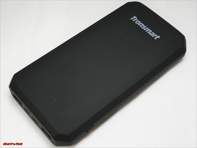 Tronsmart Edge 20000は大型ですが角を落として持ちやすい形状となっています。