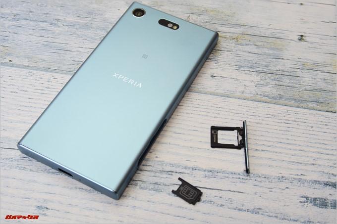 Xperia XZ1 Compact(G8441)のSIMスロットはキャップを開けて更にトレーを引き出すことでアクセス可能です。
