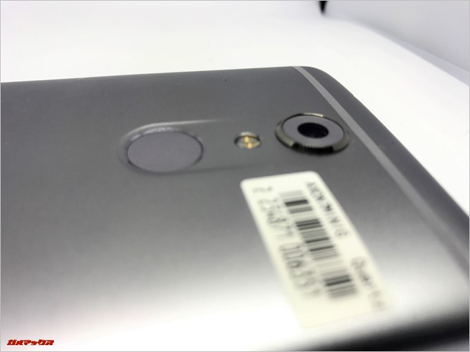 ZTE AXON 7 miniのカメラは出っ張っているので気になる方はカバーを付けましょう。