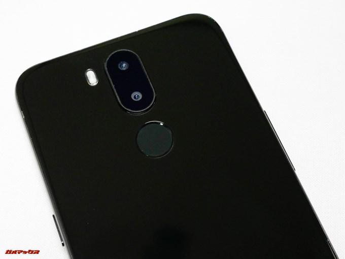 UHANS i8は指紋認証やダブルレンズカメラが本体背面上部に縦に並んでいます。