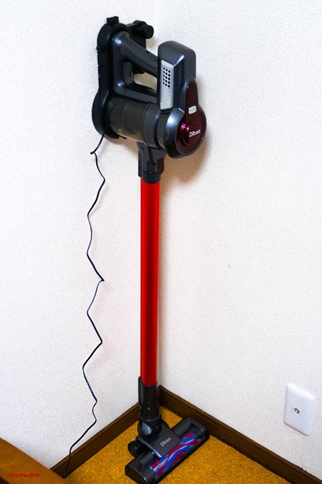 Dibea 2-in-1 Wireless Vacuum Cleaneの充電器を壁に固定すると少しのスペースに置くことが出来ます