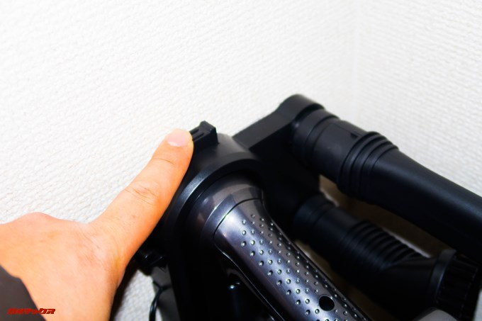Dibea 2-in-1 Wireless Vacuum Cleaneの充電台上部にあるプッシュボタンを押しながら掃除機を引くと簡単に取り外せます。