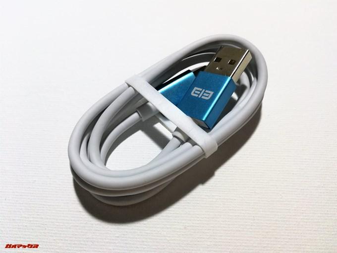 Elephone S8の付属ケーブルは差込口がメタリックブルーとなっている独特の色合いのケーブルです。