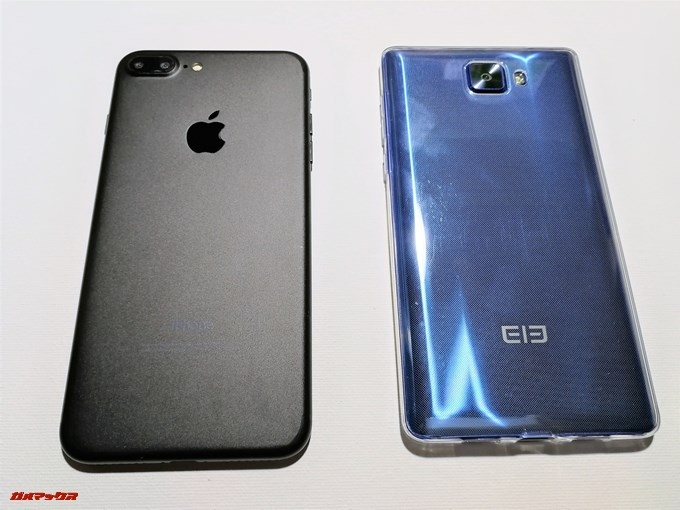 Elephone S8は3辺狭額縁デザインを採用することで6インチの画面サイズながらiPhone 7 Plusの5.5型と同等サイズとなってます