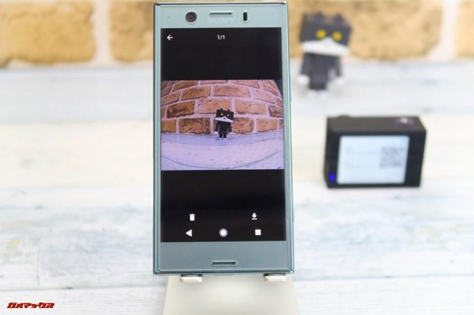 Thieye E7に接続したスマホのアプリから写真や動画のサムネイルをタップして[⇓]をタップすることでデータをスマホにダウンロード出来ます。