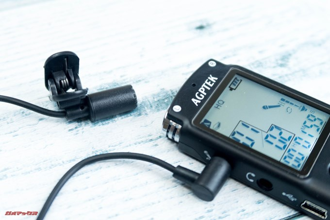 AGPTEK ボイスレコーダーにはピンマイクが同梱されているのであるきながらの録音にも適している。