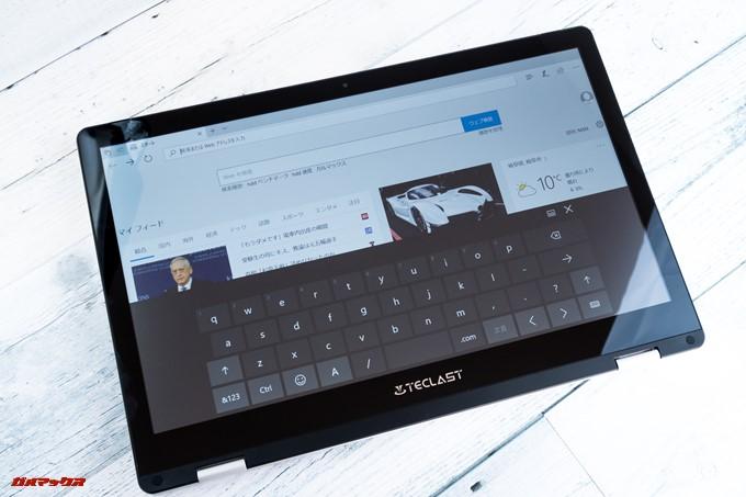 Teclast F6 Proのキーボードを回転させてタブレット形状にすると物理キーボードとタッチパッドは自動的に無効化され仮想キーボードとタッチ操作に切り替わります。