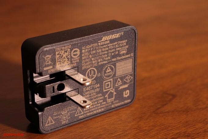 BOSE SoundLink Revolveの充電器にも21ヶ国語で記載されています。