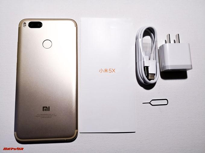 Xiaomi Mi 5Xの同梱物は本体の他にクイックガイド、充電ケーブル、充電器、SIMピンが入っています。非常にシンプルな内容です