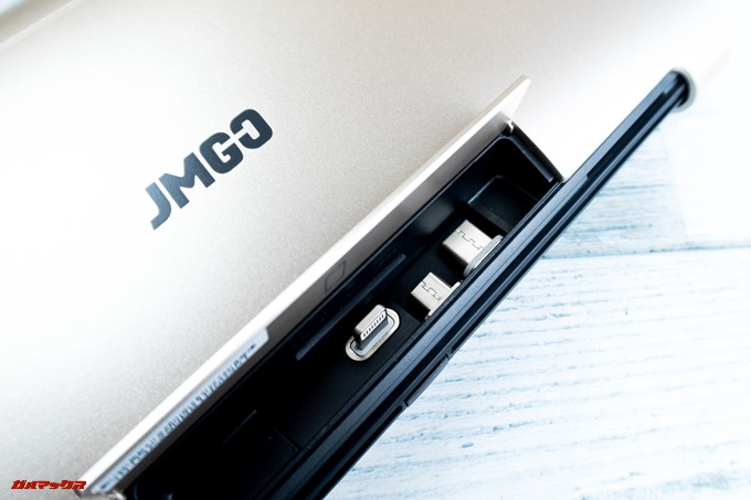 JMGO M6 Portable DLP Projectorのスタンド部には各種マグネット式の端子が収納されています