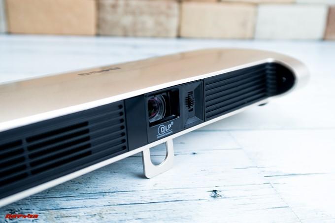リモコンを取り外したJMGO M6 Portable DLP Projectorはレンズと照射距離調整ダイヤルにアクセス出来ます
